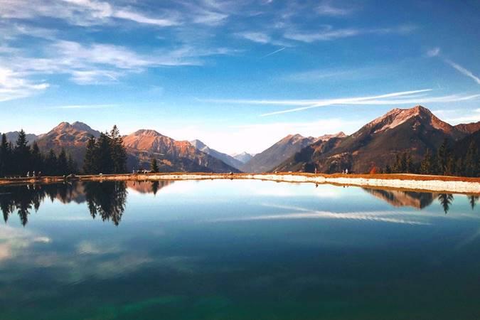 Panorama Danau dan Pegunungan