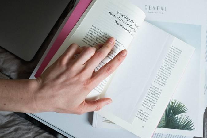 Tangan Membuka Buku