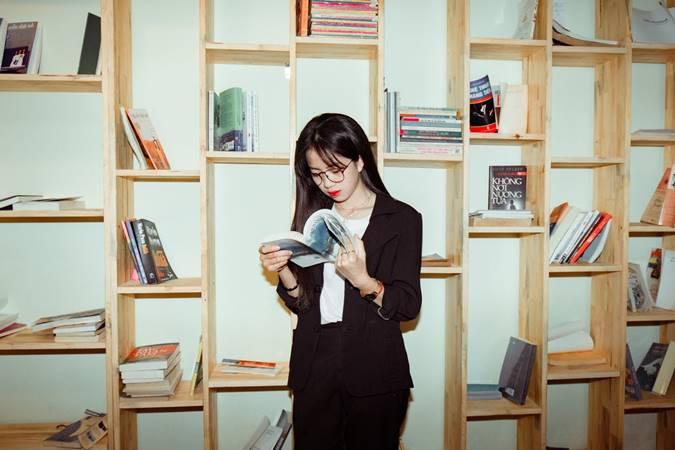 Perempuan Sedang Baca Buku