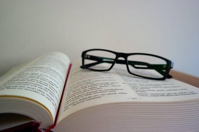 Buku dan Kaca Mata