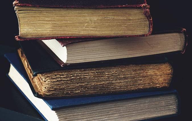 Tumpukan Buku Tua