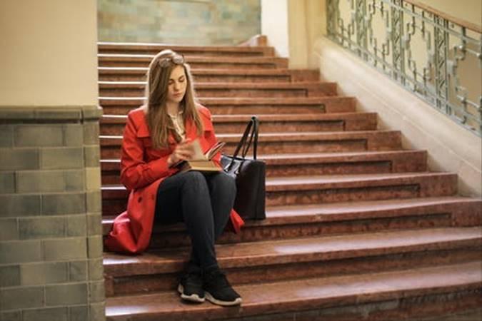 Perempuan baca buku