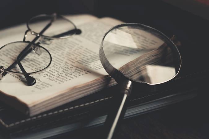 Buku dan Kaca Pembesar
