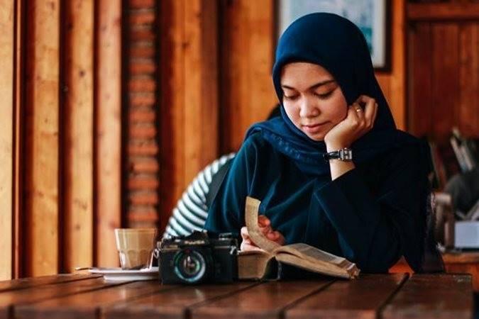 perempuan sedang baca